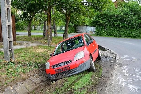 Ittasan engedte, hogy szintén ittas társa jogsi nélkül vezesse az autóját – Mindkettőjüket előállították