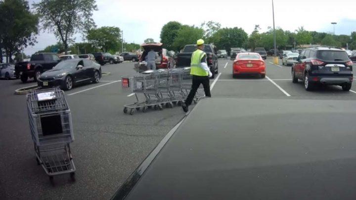 VIDEÓ: Ő csak el akarta rendezni a bevásárlókocsikat az áruházi parkolóban