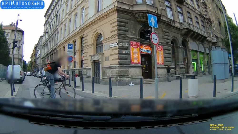 VIDEÓ: Ezúttal megúszta, de ha így folytatja, biztosan megéli egyszer, hogy elgázolják