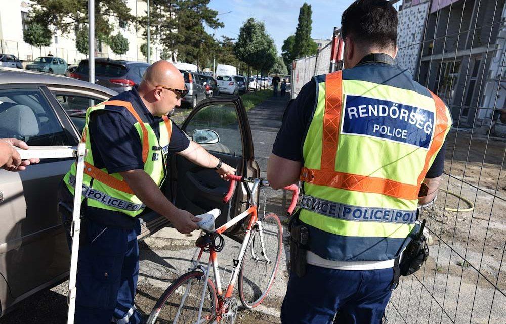 A kórház bejáratánál nyitotta rá az ajtót a kerékpárosra a figyelmetlen utas