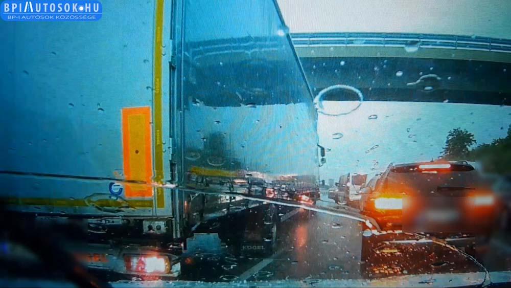 VIDEÓ: Jégesőtől való félelem miatt a felüljáró alá menekültek az autósok, ezzel kisebb káoszt okozva
