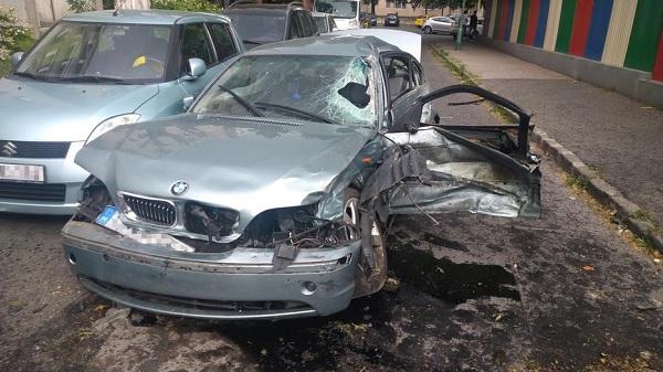FOTÓK: Összetört egy autót, elhagyta a helyszínt, majd ismét balesetet okozott egy autós a 14. kerületben