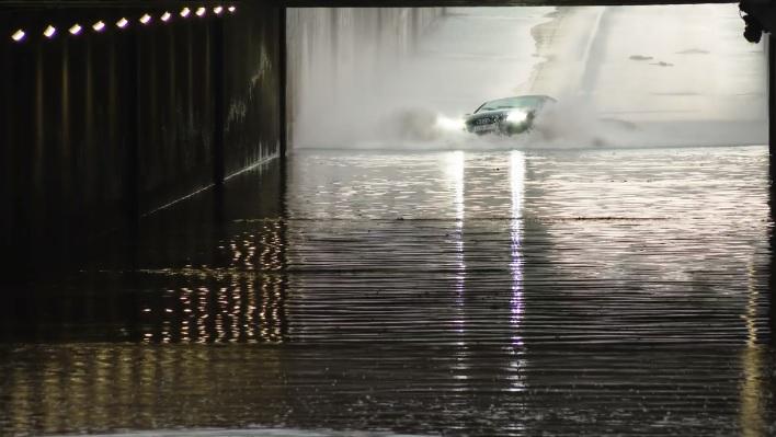 VIDEÓ: Ez a sofőr a jövőben tuti kétszer meggondolja, hogy vihar után lezárt aluljáróba hajtson