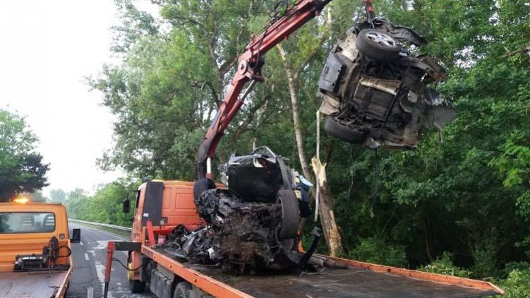 Fának ütközött és kettészakadt éjjel egy autó az 1-es főúton – a sofőr a helyszínen meghalt