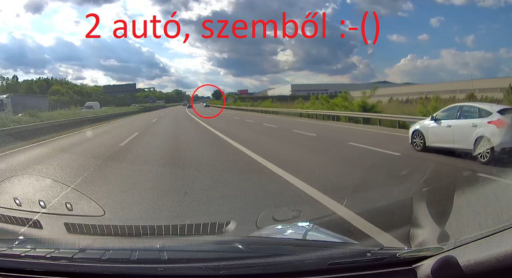 VIDEÓ: Két autóval egyszerre hajtottak fel rossz irányba az M1-esre, majd megfordultak
