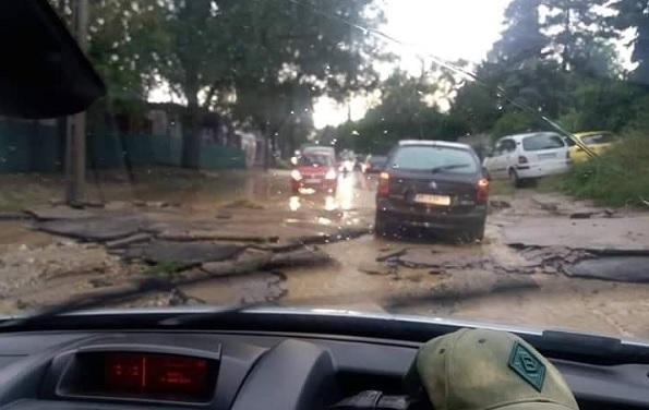 VIDEÓ: Megcsúszott útburkolat, hatalmas vízben gázoló autók – Sok gondot okoz az eső az utakon