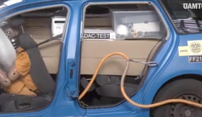 VIDEÓ: Ilyen, amikor egy ütközésnél megindulnak a kocsiba pakolt lapra szerelt bútorok