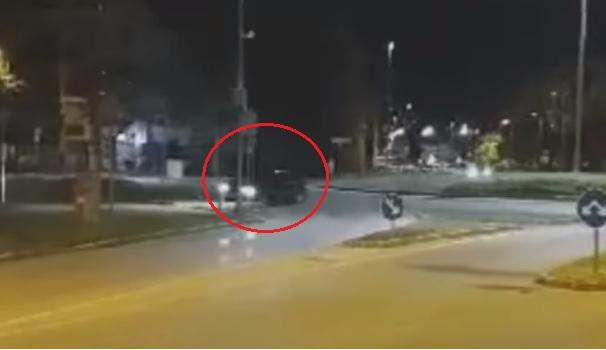 VIDEÓ: Csikorgó gumikkal, kilinccsel előre hajtott a körforgalomban – Aztán jött az oszlop