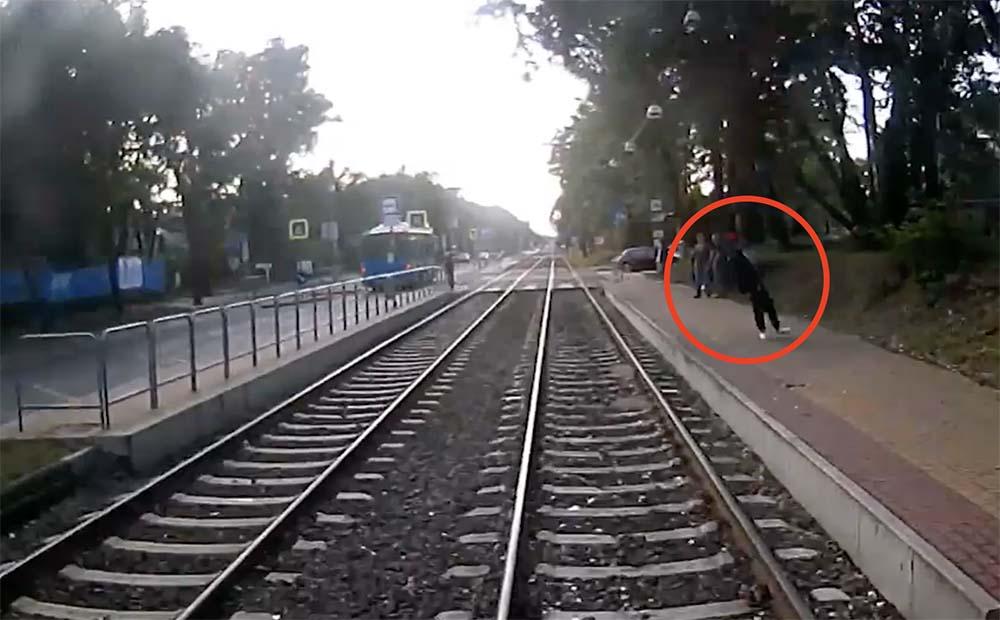 Videón, ahogy villamos alá zuhan egy ember, a Bajcsy kórház megállónál. Csoda viszont, ami történik