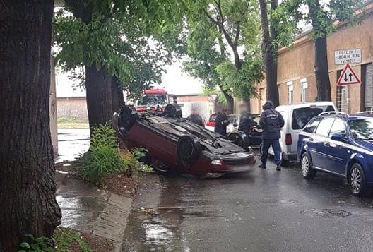 Fotók: Felborult egy autó a 4. kerületben