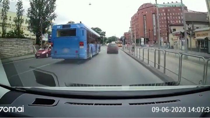 VIDEÓ: Így hajtott át a lámpán a BKV-busz a Fiumei úton. Belső vizsgálat indul