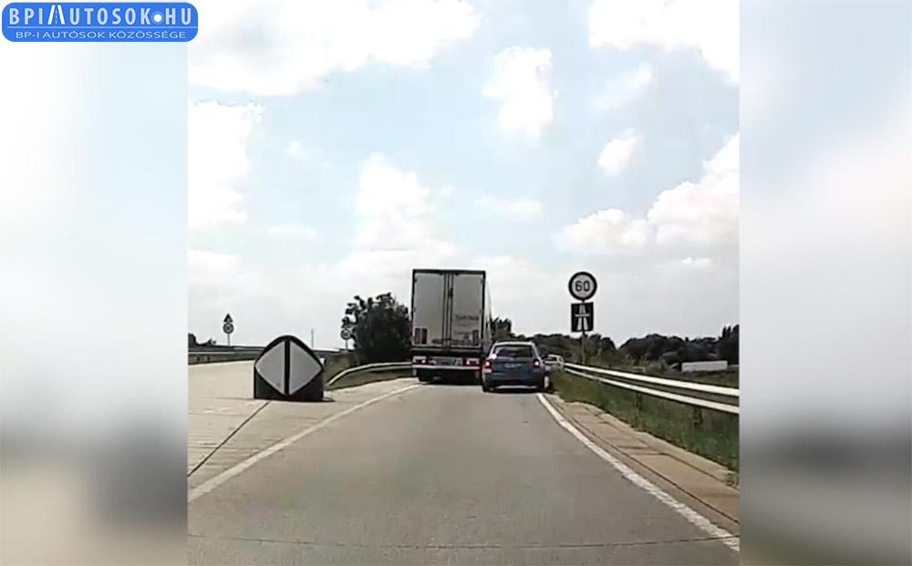 VIDEÓ: Kamionnal tolatott vissza az autópályára az M5-ös gyáli kihajtóján