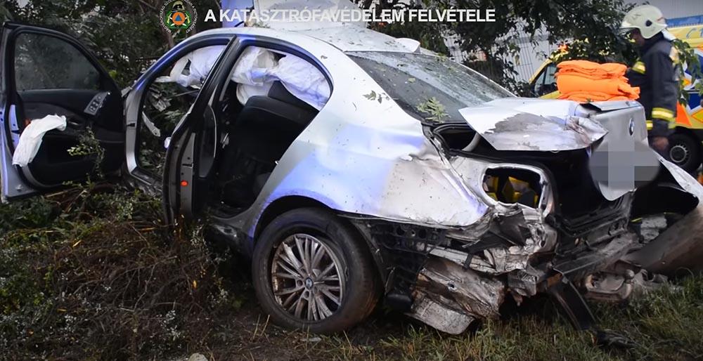 VIDEÓ: Hatalmas sebességgel csapódott oszlopnak egy BMW tegnap este a 9. kerületben