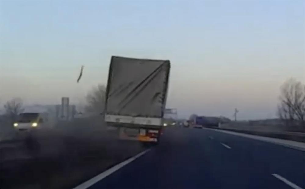 VIDEÓ: Ilyen, ha átszakítja az autópálya szalagkorlátját az előtted haladó kamion