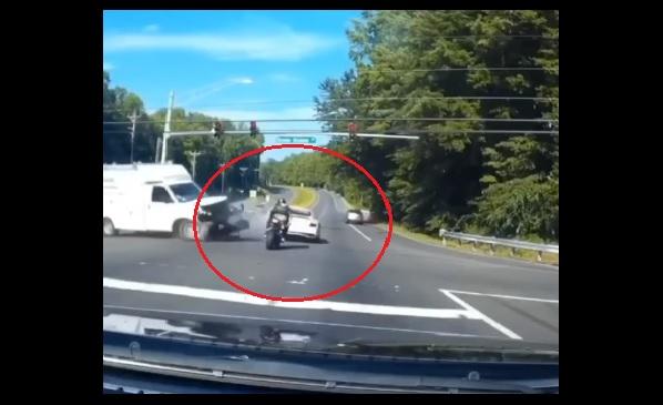 VIDEÓ: A halál torkából menekült meg ez a motoros