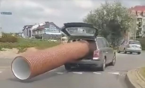 VIDEÓ: Túlméretes szállítmány – Ez a Passatos nem aprózta el, picit kilógott az a cső