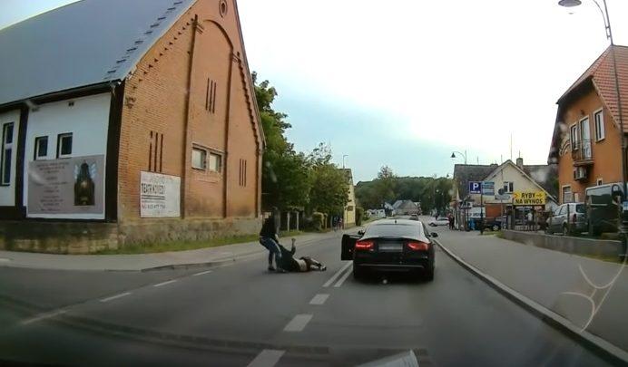 VIDEÓ: Egy részeg ember akadályozta az autósokat, az Audi sofőrje hamar pontot tett a dolog végére