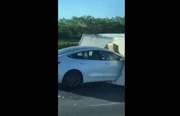 VIDEÓ: 110 km/h-val csapódott a Teslás egy felborult teherautónak – A sofőr az Autopilot-ot hibáztatja