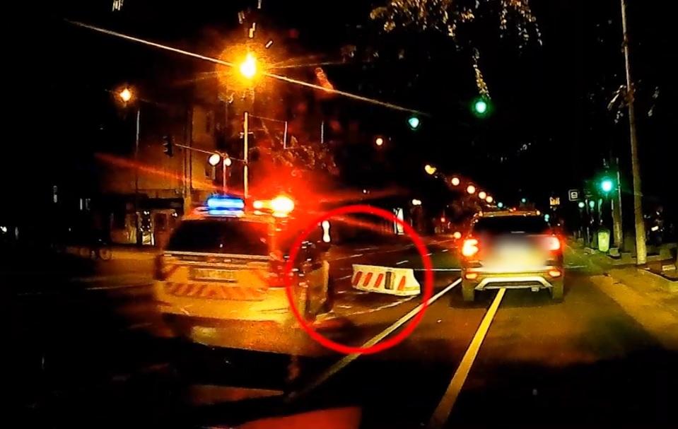 VIDEÓ: Megint telibevert egy betontömböt egy autós az Üllői úton