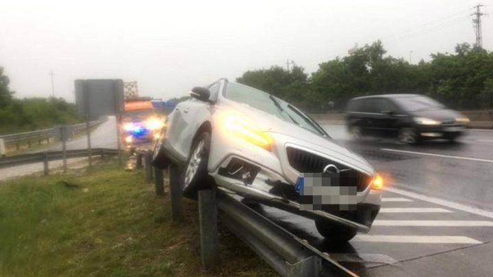 Fotók: Felhajtott egy autós a szalagkorlátra, miután leszakadt az ég az M0-son