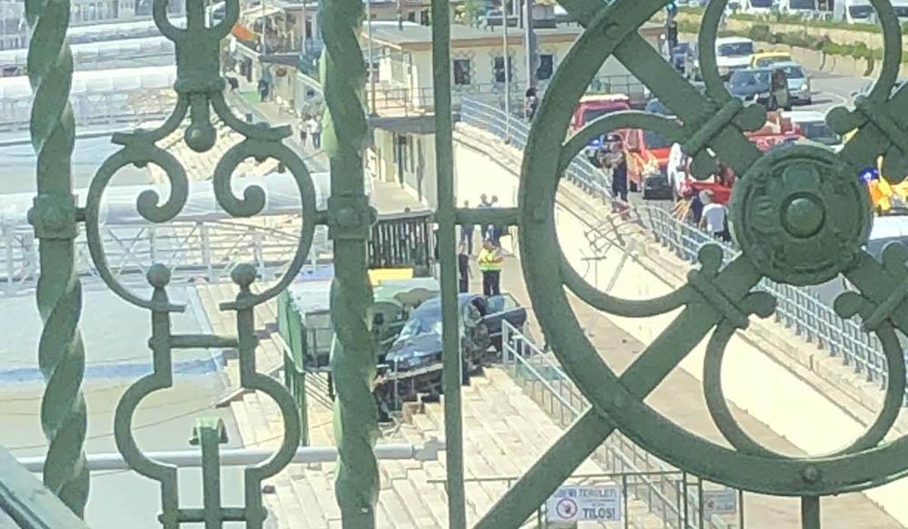 A rakpart lépcsőjére esett egy autó Budapest V. kerületében