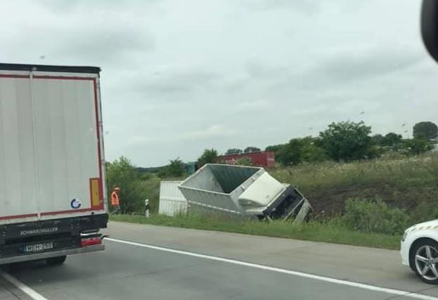 FOTÓK: Átszakította a szalagkorlátot és a pályatest másik oldalán lévő árokba csapódott egy teherautó az M0-son