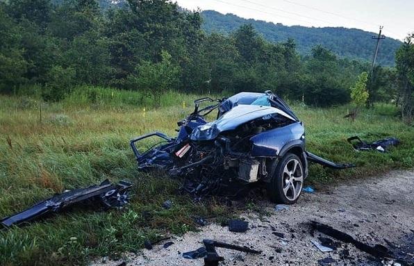 FOTÓK: Csúnya frontális baleset történt hétfő reggel a 10-es úton – Az egyik autóból alig maradt valami