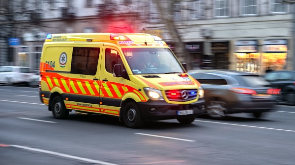 Panaszt tett egy idős férfi, mert túl nagy port kavart a mentőautó, amivel életveszélyben lévő gyermekhez siettek
