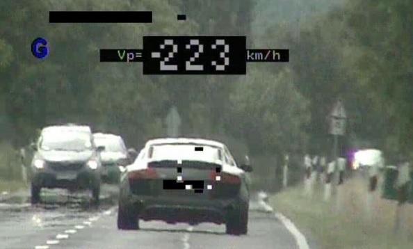 90km/h helyett 223km/h-val száguldott az autós a 84-es főúton