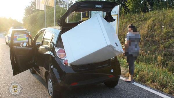 FOTÓK: Kis autóval szállított nagy hűtőládát