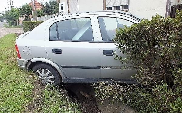 FOTÓK: Úgy érezte nem ivott annyit, hogy ne tudjon vezetni – Egy parkoló autó mégis kifogott rajta