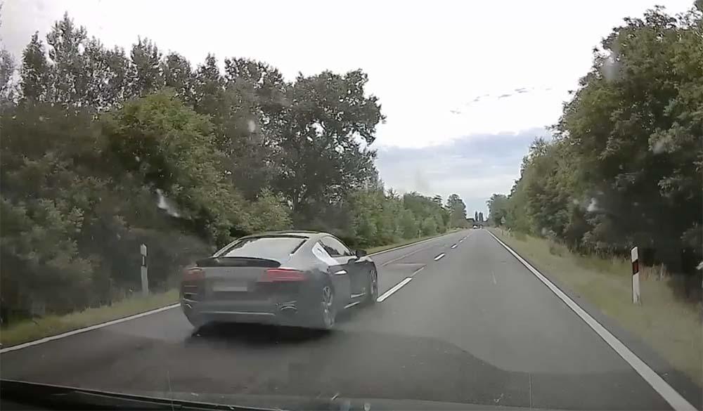 VIDEÓ: Több, mint 220-szal előzte meg a pofátlan(tan)ító civil rendőrautót az Audi R8-cal