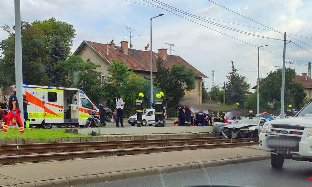 Kirepült egy kisgyerek az autóból, ami villanyoszlopnak csapódott a Hungária körúton