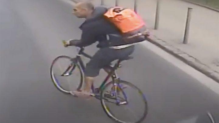 VIDEÓ: Nem adott elsőbbséget a biciklis egy busznak, amin megsérült egy utas a fékezés miatt. Keresik a rendőrök