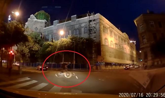"""VIDEÓ: Ha ezt egy autós csinálta volna… De ő """"csak"""" egy kerékpáros, akit nem érdekel a KRESZ"""