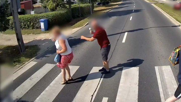 VIDEÓ: Centiken múlt, hogy nem gázoltak el a gyalogátkelőn egy párt Zircen
