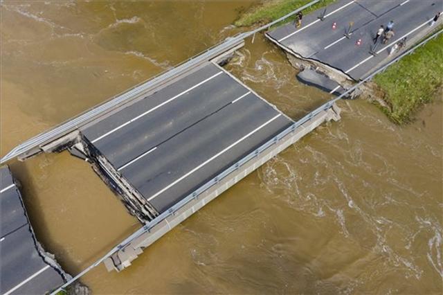 VIDEÓ: Hatalmas pusztítást végzett a kiáradt Rinya-patak – Egy hidat a rajta lévő autóval el is nyelt