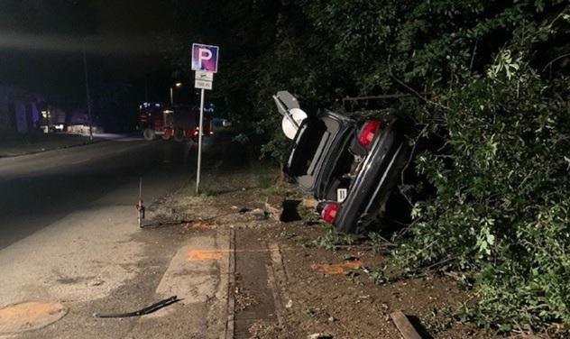FOTÓK: A fél környéket letarolta, majd oldalára borult egy autós, miután elrontott egy előzést