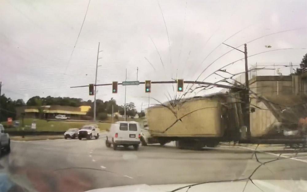 VIDEÓ: Kamion dőlt rá a rendőrautóra, mert kanyarodáskor megbillent