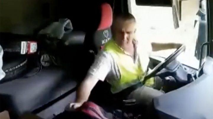 VIDEÓ: Ez a kamionsofőr elkövette azt, amit látszólag nagyon megbánt. Szívás…