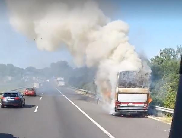 FOTÓK: Lángoló busz okozott torlódást az M7-es autópályán reggel