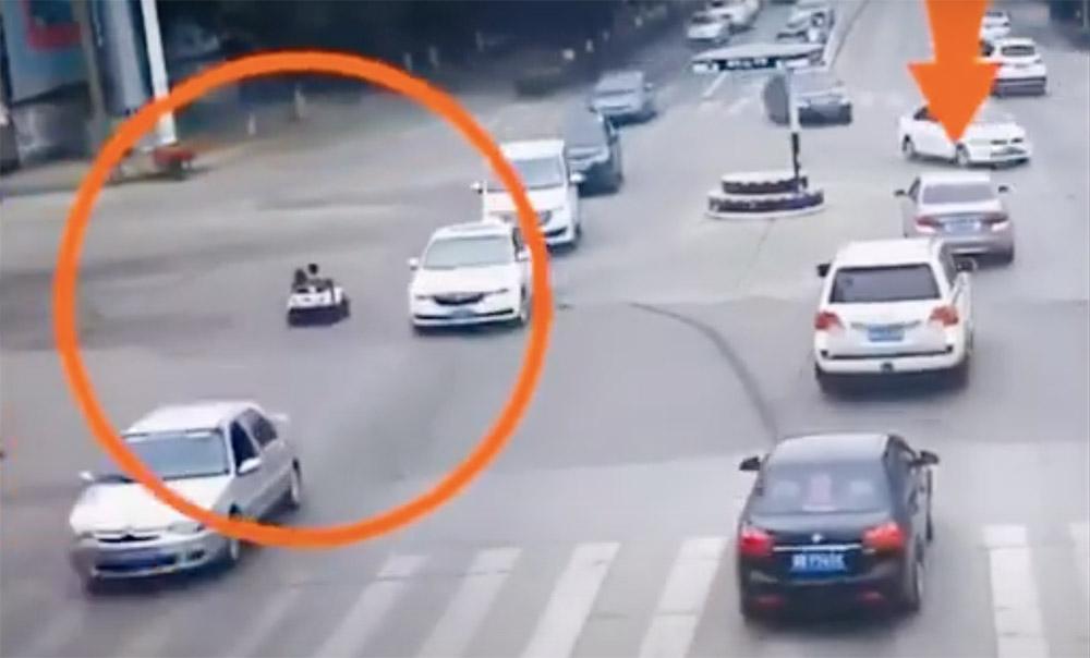 VIDEÓ: Játékautóval hajtott a kocsik közzé két gyerek a csúcsforgalomban