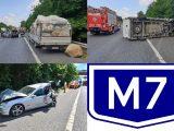 FOTÓK: Platóról leesett áru okozott balesetet az M7-es autópályán
