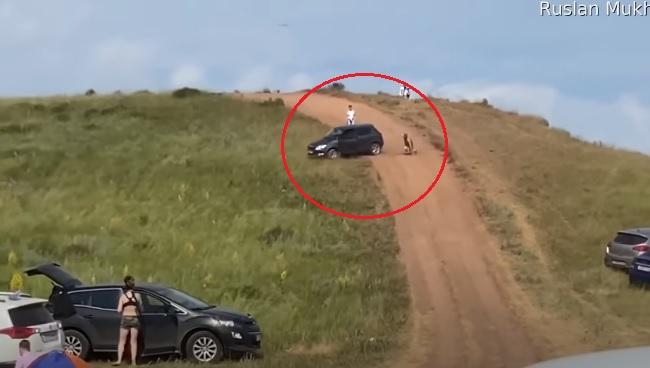 """VIDEÓ: Sikerült """"elütnie"""" saját magát autójával, majd az a tömegbe gurult – De mi a fene történhetett valójában?"""
