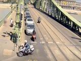 VIDEÓ: Rendőrök üldözték a motorost, aki minden eszközzel próbált meglógni. Nem ok nélkül…