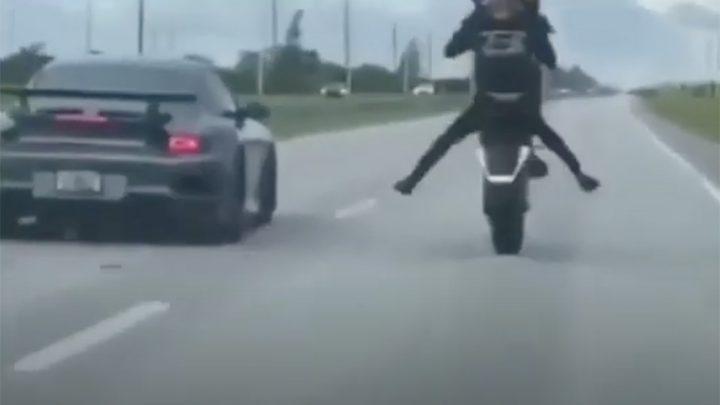 VIDEÓ: Ez a motoros máskor meggondolja, hogy versenyre hívjon-e valakit