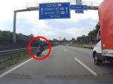 VIDEÓ: Igen, ez tényleg bevett előzés lehet a gyorsasági motorosoknál. Újabb videó!