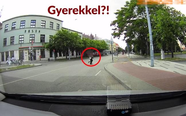 VIDEÓ: Tilosban átkelő gyalogost, és szabálytalan kerékpárost is nyakon csíptek – Itt a Pofátlan(tan)ítás 14.