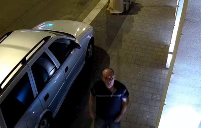 VIDEÓ: Rendszámtáblát lopott autókról – A rendőrség keresi a felvételen látható férfit
