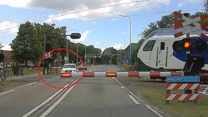 VIDEÓ: Úgy állt meg, hogy a sorompó az autója mögött csukódott le- Szépen le is darálta a vonat a kocsi orrát